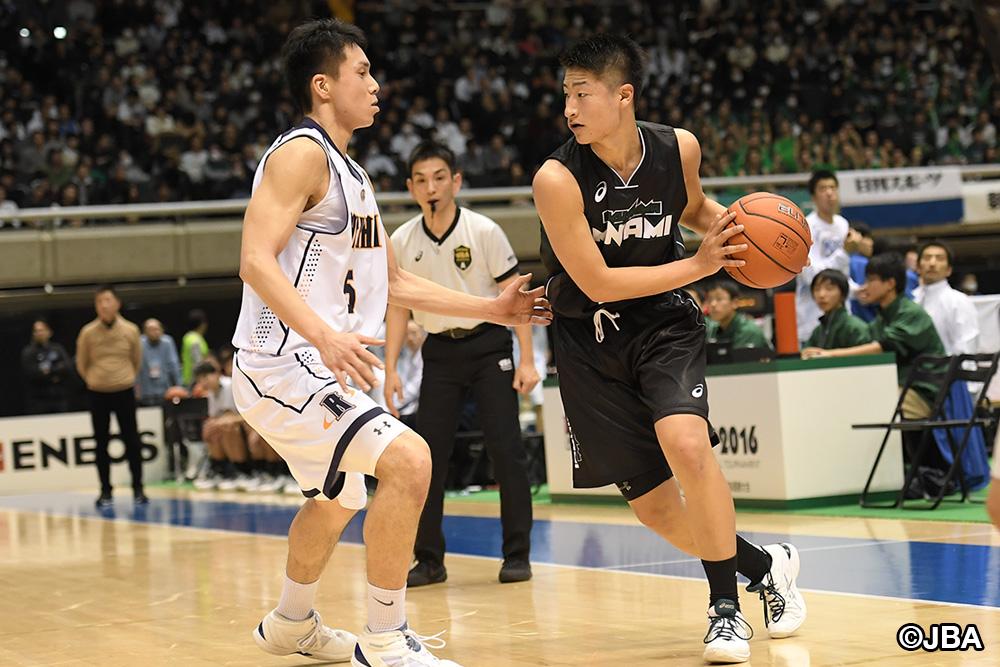 男子U-18日本代表のチームメイトでもある県立福島南④水野 幹太選手(右)と、洛南⑤津屋 一球選手のマッチアップ