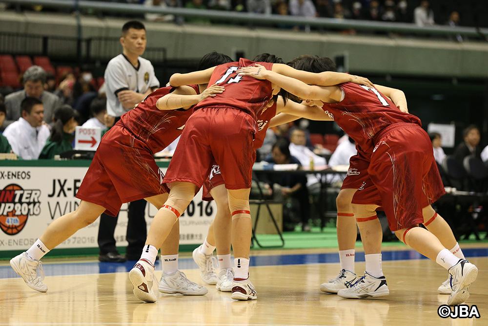 伝統の円陣でチームの気持ちをひとつにする大阪薫英女学院