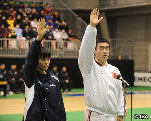 選手宣誓をする明成・清水 翔太主将(右)と、岐阜女子・石井 香帆主将