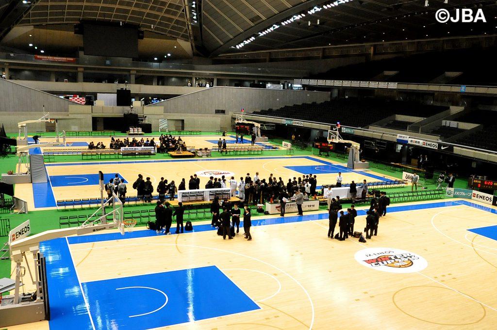 開幕を明日に控え、最終調整に入る東京体育館メインアリーナ
